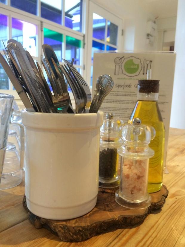 Condiments & cutlery